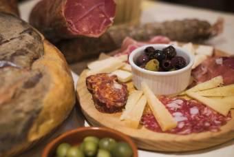 olives with selzione di salumi e formaggi antipasti 2 (Copy)